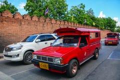 Bilar kör på gatan i Chiang Mai, Thailand Arkivbilder