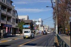 Bilar kör på gatan i Kobe, Japan Royaltyfri Fotografi