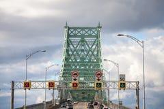 Bilar & lastbiltrafik på huvudvägen av den Jacques Cartier bron, i riktningen till Montreal fotografering för bildbyråer
