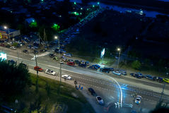 Bilar längs vägen och stolpen av trafikpolisen Tyumen Royaltyfri Bild