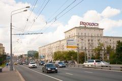 Bilar och byggnader på den Leningradskoye huvudvägen i Moskva 13 07 201 Arkivfoton