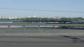 Bilar och cykel på bron lager videofilmer