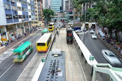 Bilar och gångare på gataplats av trafik på centrala Hong Kong Business Downtown District arkivfoton