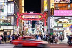 Bilar och gångare som går på gataplats av trafik på den Shinjuku korsningen i Tokyo fotografering för bildbyråer