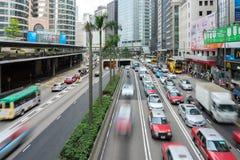 Bilar och g?ngare p? gataplats av trafik p? centrala Hong Kong Business Downtown District fotografering för bildbyråer