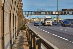 Bilar och lastbil på förbikopplingsvägen, St Petersburg, Ryssland fotografering för bildbyråer
