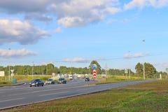 Bilar och lastbilar flyttar sig på den moderna huvudvägen på sommar Royaltyfria Bilder