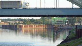 Bilar och lastbilar på en bro stock video