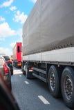 Bilar och lastbilar på huvudvägen i driftstopp Royaltyfria Bilder