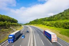 Bilar och lastbilar på vägen Arkivbilder