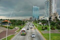 Bilar och lastbilar på huvudvägen i Panama City Arkivfoton