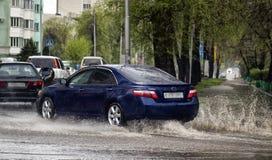 Bilar och regn arkivbilder