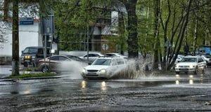 Bilar och regn royaltyfri foto