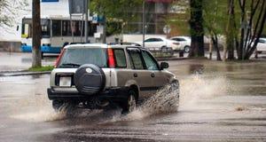 Bilar och regn arkivbild