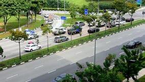 Bilar och video för trafiktidschackningsperiod under dag i östliga Singapore stock video