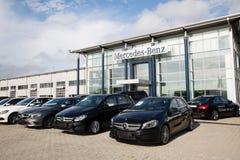 Bilar på återförsäljaren av Mercedes-Benz för staden Vladivostok Arkivfoto