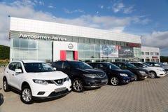 Bilar på återförsäljaren av Nissan för staden av Vladivostok, Ru Royaltyfri Fotografi