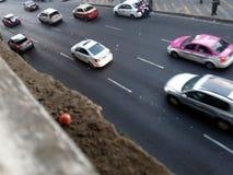 Bilar på aveny i Mexico - stad Fotografering för Bildbyråer