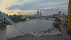 Bilar på bron över floden Astana afton stock video