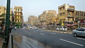 Bilar på den Al Azhar avenyn i Kairo stock video