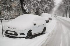 Bilar på den hala vägen under tungt snöfall arkivbilder