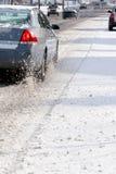 Bilar på den iskalla vägen Fotografering för Bildbyråer