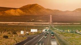 Bilar på den raka huvudvägen nära Las Vegas USA tidschackningsperiod arkivfilmer