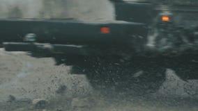 Bilar på den snöig vägen stock video