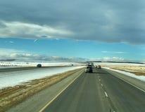 Bilar på denKanada huvudvägen AB-1 från Calgary till Banff Royaltyfri Fotografi