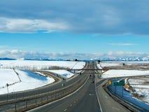 Bilar på denKanada huvudvägen AB-1 från Calgary till Banff Arkivfoto