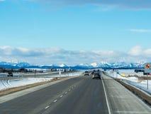 Bilar på denKanada huvudvägen AB-1 från Calgary till Banff Arkivbilder