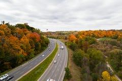 Bilar på Don Valley Highway Arkivfoto