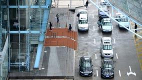 Bilar på droppen-Av pekar framme av en kontorsbyggnad royaltyfri foto