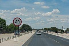 Bilar på en huvudsaklig gata i staden Rundu i norden av Namibia royaltyfria bilder