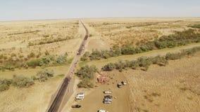 Bilar på en lång väg med träd lager videofilmer