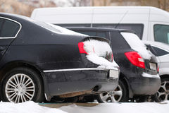 Bilar på en parkering efter en snöstorm i Moskva Royaltyfria Foton