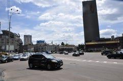 Bilar på en stadsgata Arkivfoton