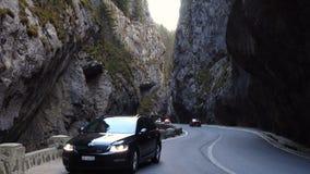Bilar på en väg på den berömda romanian kanjonen Cheile Bicazului lager videofilmer