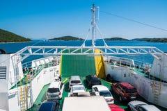 Bilar på färjasegling i Adriatiskt havet, Kroatien Arkivfoto