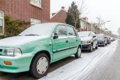 Bilar på gatan som täckas i snö royaltyfri fotografi