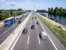 Bilar på huvudvägen royaltyfri fotografi