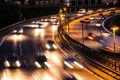 Bilar på huvudvägen royaltyfria bilder