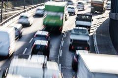 Bilar på huvudvägen royaltyfria foton