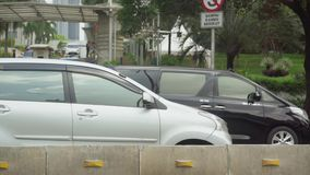Bilar på huvudvägen i trafikstockning arkivfilmer