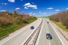 Bilar på huvudvägen nära Gdansk i solig dag Fotografering för Bildbyråer