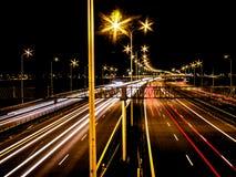 Bilar på motorvägen på natten royaltyfri foto