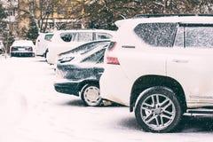 Bilar på parkering i snövinterdag Royaltyfri Fotografi