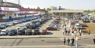 Bilar på parkering, Moskva Royaltyfria Bilder