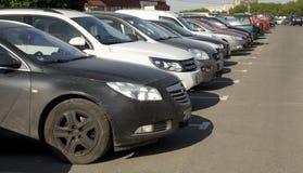 Bilar på parkering, Moskva Arkivbilder