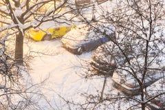 Bilar på parkeringsplats i tungt snöfall, Sofia, Bulgarien arkivbilder